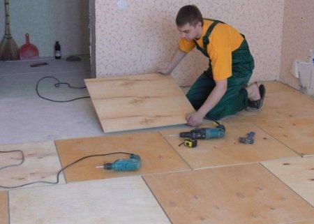 Укладываем фанеру на деревянный пол